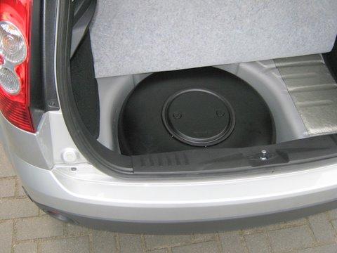 Ford Fiesta Kofferraum mit Reserveradmuldentank nach Einbau einer LPG-Autogas Anlage