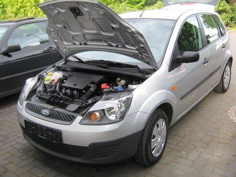 Ford Fiesta Frontansicht mit Motorraum nach Einbau einer LPG-Autogas Anlage
