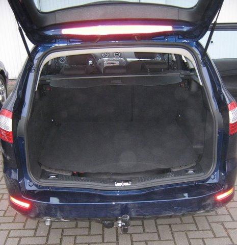 Ford Mondeo Titanium Kofferraum mit abgedecktem Reserveradmuldentank nach Einbau einer LPG-Autogas Anlage