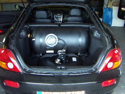 Hyundai Coupe Kofferraum mit kombiniertem Reserveradmuldentank und Kesseltank nach Einbau einer LPG-Autogas Anlage