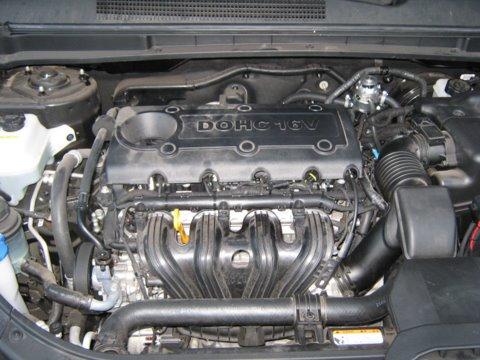 Kia Carens Motorraum mit Reserveradmuldentank nach Einbau einer LPG-Autogas Anlage
