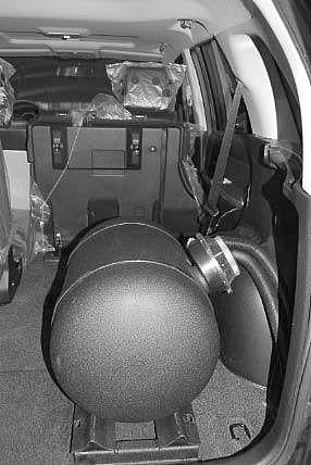 Suzuki Grand Vitara Kofferraum mit Kesseltank nach Einbau einer LPG-Autogas Anlage