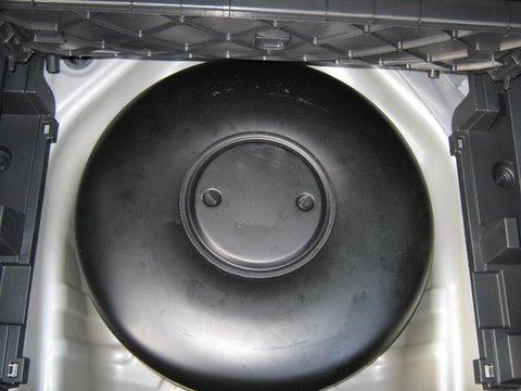 Toyota Avensis Reserveradmuldentank nach Einbau einer LPG-Autogas Anlage