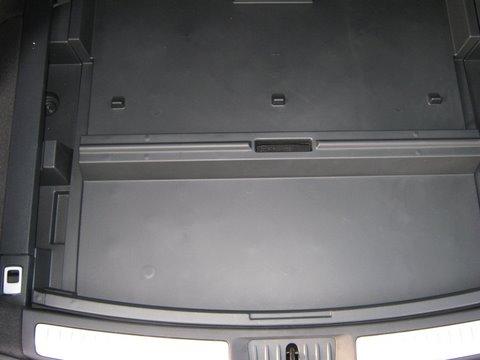 Toyota Avensis Kofferraum mit abgedecktem Reserveradmuldentank nach Einbau einer LPG-Autogas Anlage