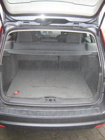 Volvo V50 1.8 Kofferrraum mit abgedecktem Reserveradmuldentank nach Einbau einer LPG-Autogas Anlage