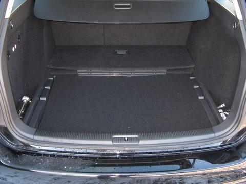 Volkswagen VW Golf Kofferraum mit abgedecktem Reserveradmuldentank nach Einbau einer LPG-Autogas Anlage