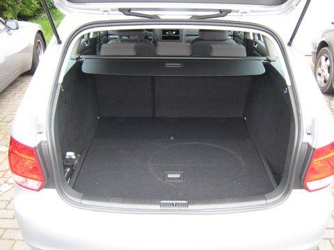 Volkswagen VW Golf Variant Kofferraum mit abgedecktem Reserveradmuldentank nach Einbau einer LPG-Autogas Anlage