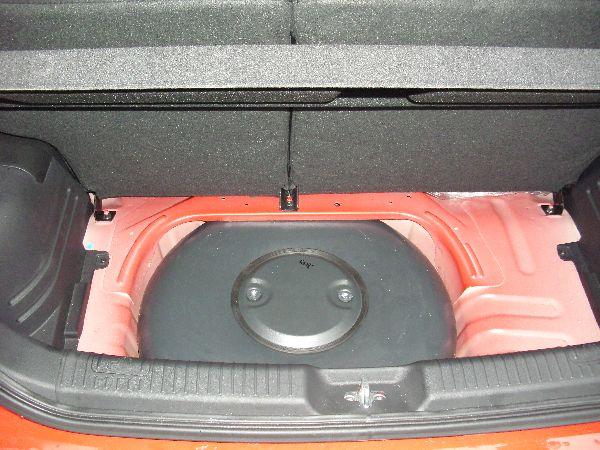 Kia Picanto Kofferraum mit Reserveradmuldentank nach Einbau einer LPG-Autogas Anlage