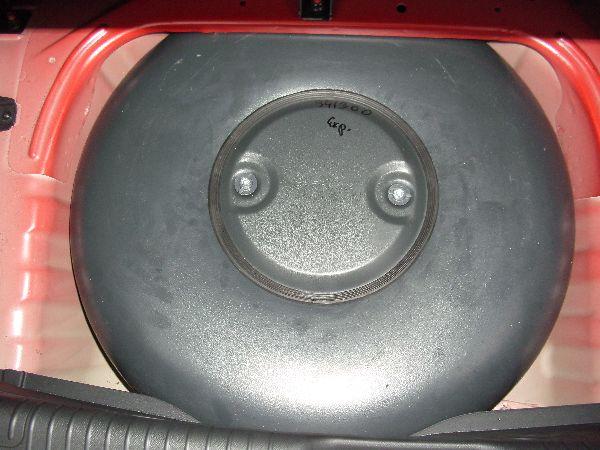 Kia Picanto Kofferraum mit mit Reserveradmuldentank nach Einbau einer LPG-Autogas Anlage