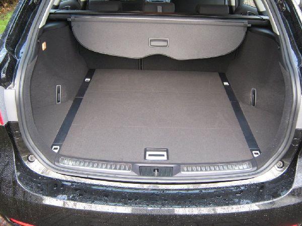 Kofferraum mit abgedecktem Reserveradmuldentank