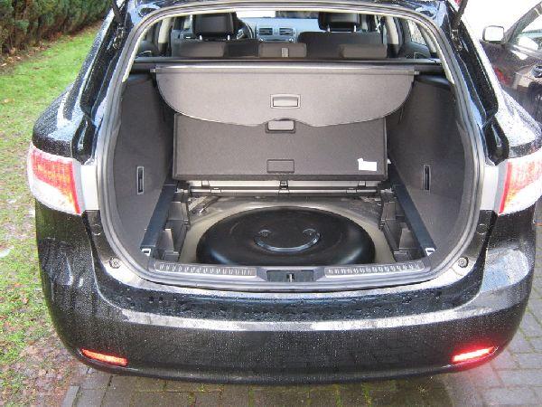 geöffneter Kofferraum mit Sicht auf den Reserveradmuldentank