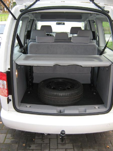 Volkswagen VW Caddy Maxi Heckansicht mit geöffnetem Kofferraum nach Einbau einer LPG-Autogas Anlage